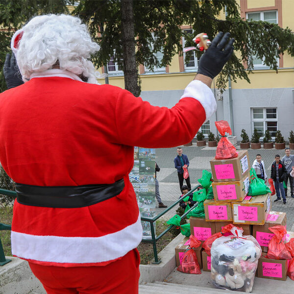 FONDACIJA Nj.K.V. PRINCEZE KATARINE NASTAVLJA SA PODELOM BOŽIĆNIH PAKETIĆA ZA DECU KATHERINE'S FOUNDATION CONTINUES DISTRIBUTION OF CHRISTMAS PRESENTS FOR CHILDREN