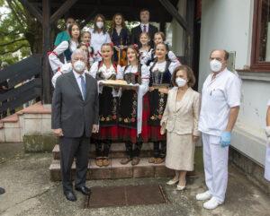 Doček za Njihova Kraljevska Visočanstva ispred Doma zdravlja u Topoli